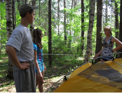 А сколько людей влезает в эту палатку?