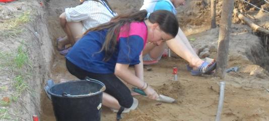 Отважная Елена в поисках чешуек. На соседних квадратах не менее самоотверженные археологи Аня и Кристина.